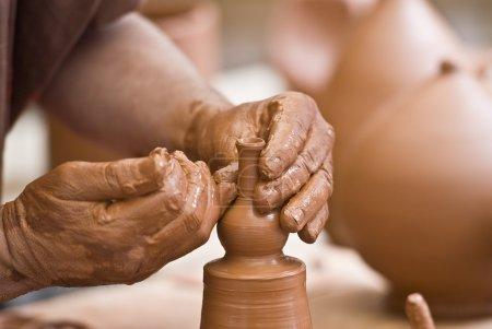 Photo pour Potter travaillant avec de l'argile . - image libre de droit