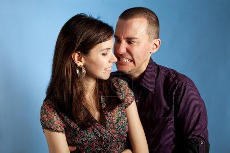 Photo pour Les femmes et son petit ami en colère. Plan studio - image libre de droit