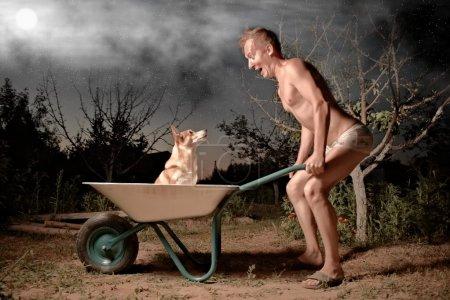 Photo pour Horticulteur fou et son chien - image libre de droit
