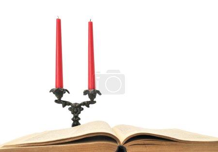 Photo pour Livre et bougies isolés sur un blanc - image libre de droit