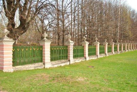 Photo pour Clôture du domaine des caillebotis forgés et colonnes en stuc baroque du 18ème siècle - image libre de droit