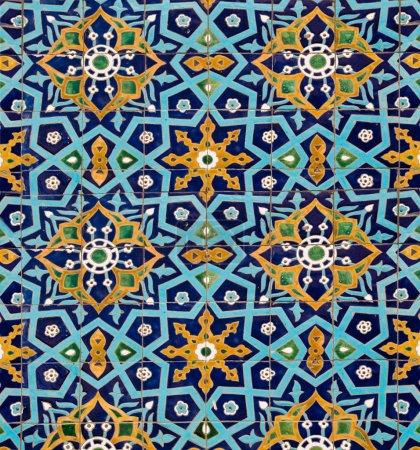 Photo pour Motif oriental sur le mur de la mosquée, doublé de tuiles - image libre de droit