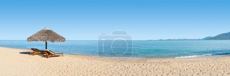 Photo pour Panorama sur la plage avec deux chaises en face de la lagune - image libre de droit