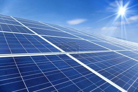 Foto de Primer plano de los paneles solares con fondo de cielo azul y la luz del sol - Imagen libre de derechos