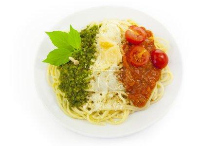 Photo pour Drapeau italien - pâtes au pesto vert, blanc, parmesan et tomates rouges / isolé sur blanc - image libre de droit