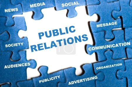Photo pour Relations publiques pièces de puzzle bleu assemblé - image libre de droit