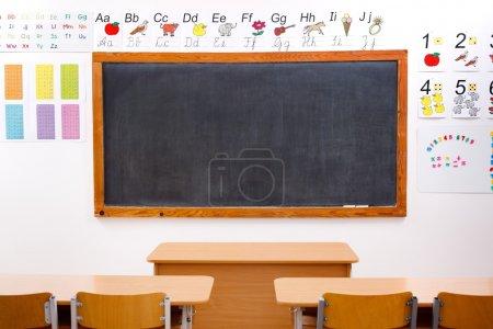 Photo pour Salle de classe vide et tableau noir, décoré de lettres et de chiffres - image libre de droit