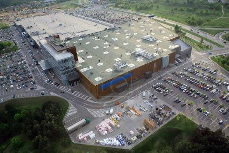 Photo pour Grand shopping mall, d'Articles de ménage avec beaucoup de place de parking, vue aérienne - image libre de droit