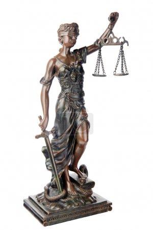 Photo pour THEMIS, déesse grecque mythologique, symbole de la justice, aveugle et équilibre vide tenue dans une main et l'épée dans l'autre, trouvant sur defezted serpent et livre, est - image libre de droit
