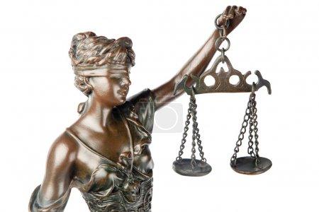 Photo pour Gros plan d'une sculpture de Thémis, déesse grecque mythologique, symbole de justice, aveugle et tenant la balance vide dans sa main, isolée sur fond blanc - image libre de droit