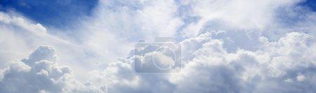 Foto de Panorámica del cielo azul con un montón de nubes esponjosas. longitud 8500 px - Imagen libre de derechos