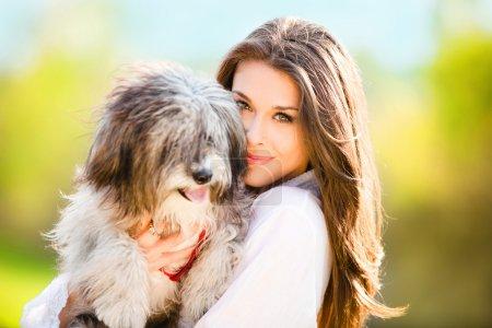 Photo pour Jeune femme avec chien portrait de jour en plein air - image libre de droit