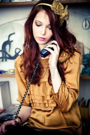 Photo pour Femme mode jeune, parler au téléphone à la maison avec quelqu'un, intérieur tourné - image libre de droit