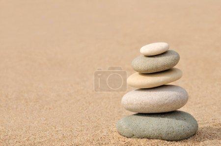 Photo pour Pierres zen sur le sable avec espace copie - image libre de droit