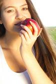 Portrét krásné mladé ženy s apple venkovní