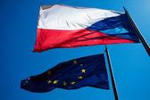 Flaggen der Europäischen Union und der Tschechischen Republik gegen die b