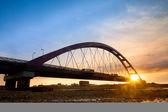 Barevný západ slunce červený most, Lumír yuen, taoyuan county, Tchaj-wan