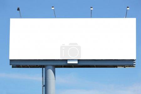 Foto de Enorme leeg reclamebord tegen blauwe hemel voor uw ontwerp - Imagen libre de derechos