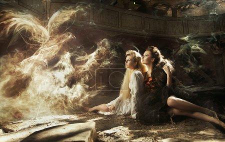 Foto de Dos damas y el pájaro mágico - Imagen libre de derechos