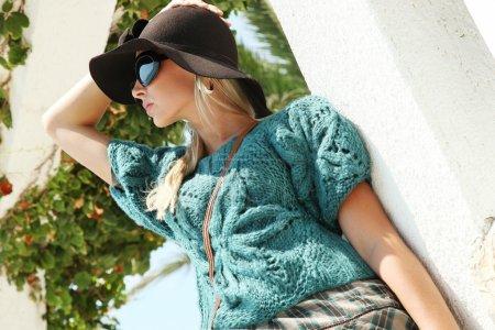 Photo pour Portrait rapproché de jolie femme blonde portant un joli chapeau d'été - image libre de droit