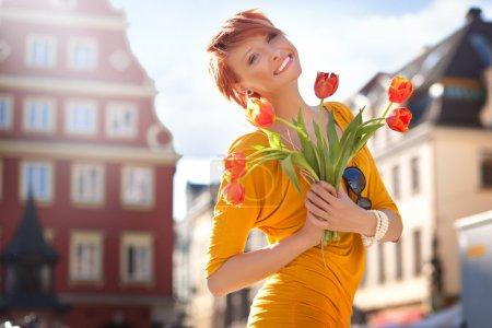 Photo pour Femme heureuse avec un bouquet de fleurs - image libre de droit