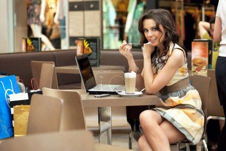 Photo pour Jeune et belle femme d'affaires boire un café dans un travail de pause - image libre de droit