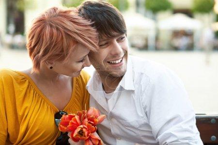 Photo pour Portrait d'un jeune couple joyeux embrassant l'extérieur - image libre de droit