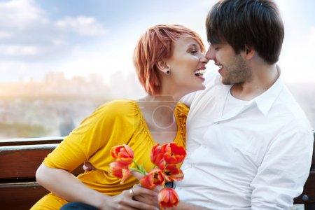 Photo pour Jeune heureux sourire couple attrayant ensemble à l'extérieur - image libre de droit