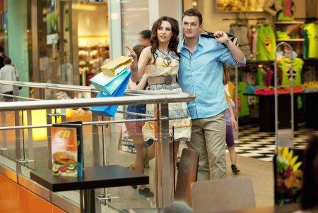 Foto de Pareja joven guapo divirtiéndose en centro comercial - Imagen libre de derechos