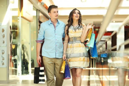 Foto de Par de jóvenes en un centro comercial - Imagen libre de derechos
