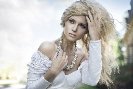 Photo pour Parfait jeune blonde posant - image libre de droit