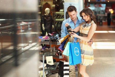Foto de Pareja alegre en un centro comercial - Imagen libre de derechos
