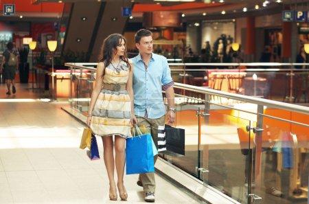 Foto de Linda pareja en el centro de la tienda - Imagen libre de derechos