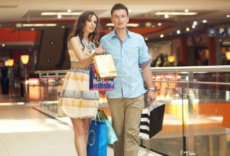 Foto de Sonriente pareja de compras - Imagen libre de derechos