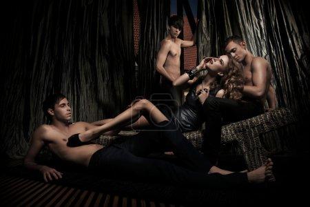 Photo pour Sexy femme adorée par les hommes beaux - image libre de droit