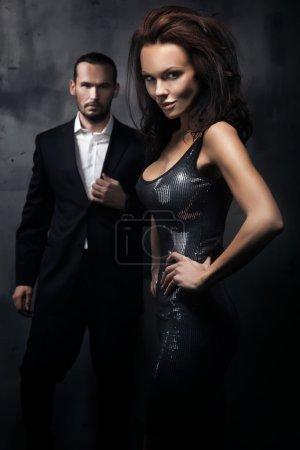 Photo pour Couple à la mode dans une pièce sombre - image libre de droit