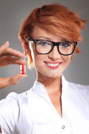 Photo pour Photo de femme médecin avec des pilules - image libre de droit