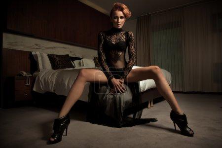 Photo pour Femme élégante dans la chambre d'hôtel - image libre de droit
