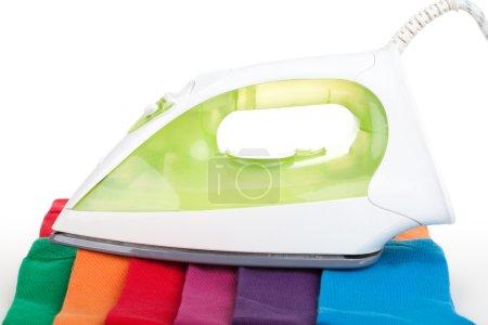 Photo pour Fer sur différentes chaussettes de couleur vêtements isolés sur blanc - image libre de droit