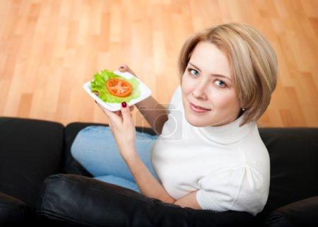 Photo pour Femme suivi de saines habitudes de vie manger frais - image libre de droit