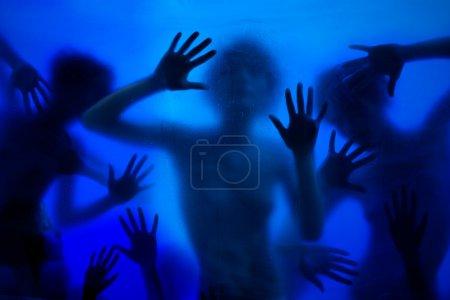 Photo pour Beaucoup de femmes, mains, paumes percer fenêtre voulait se faire entendre - image libre de droit