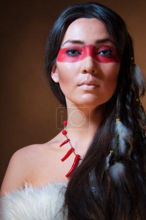 Photo pour Amérindien avec camouflage visage peinture - photo studio avec maquillage professionnel - image libre de droit