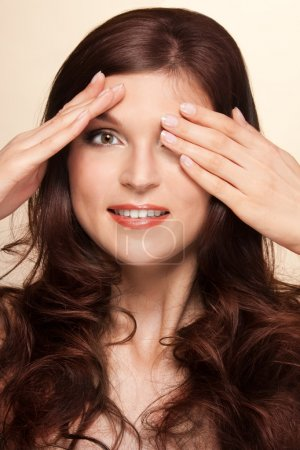 Photo pour À affichage de close-up portrait beauté cache-cache jeu - image libre de droit