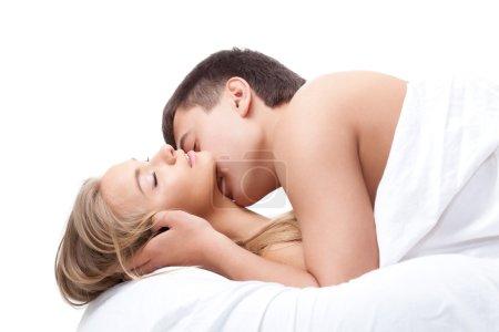 Photo pour Jeune couple adulte allongé sur le lit blanc - image libre de droit