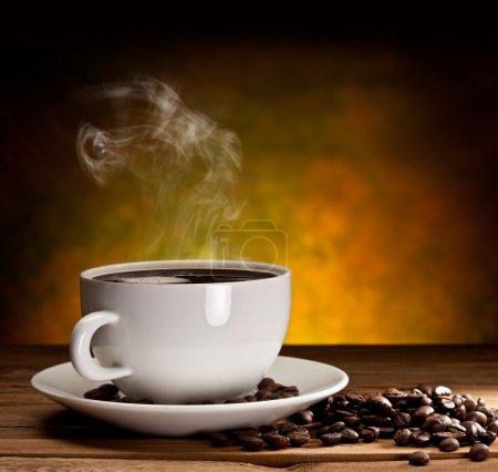 Photo pour Coupe de café avec grains de café sur un beau fond brun. - image libre de droit