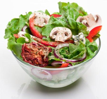 Ensalada con tomates secos, champiñón y cebolla .
