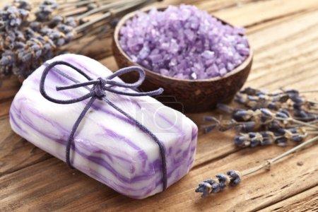 Photo pour Savon au sel de mer et lavande séchée sur bureau en bois . - image libre de droit