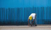 travailleur de la construction installation de liaison fils aux barres d'acier