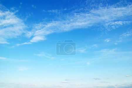 Photo pour Nuages blancs dans le ciel bleu - image libre de droit