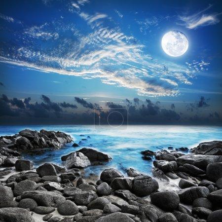 Photo pour Pleine lune sur la baie tropicale. Plan d'exposition longue . - image libre de droit
